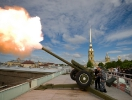 Who started the midday cannon shot in St. Petersburg?